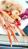 Un apéritif de fruits de mer avec la crevette rose, le carpaccio de thon et les tranches de pamplemousse Photographie stock libre de droits