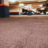 Un aparcamiento vacío del sótano capturado tarde en la noche imagen de archivo