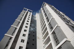 Un apartamento en highrise quema con humo Imagen de archivo