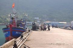Un aperçu au port maritime de l'île de Dao d'escroquerie avec se garer de pêcheur et de bateaux de pêche photographie stock libre de droits