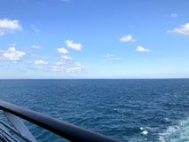 Un aperçu de la mer bleue de la plate-forme d'un bateau de croisière photos libres de droits
