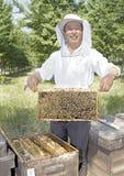 Un apicoltore cinese dell'uomo maggiore immagini stock
