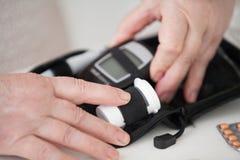 Un appareil ce mesure le glucose dans le sang photographie stock