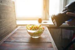 Un appareil-photo et une salade végétale par la fenêtre Images libres de droits