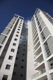 Un appartement dans les brûlures ayant beaucoup d'étages avec de la fumée Image stock