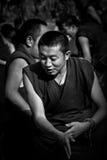 Un applauso del monaco in Sera Monastery Debating Monks Lhasa Tibet immagine stock