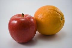 Un Apple e un arancio Immagine Stock
