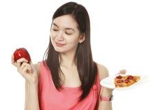 Un Apple o una pizza? Fotografia Stock Libera da Diritti