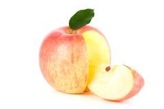 Un Apple rojo maduro con la hoja Foto de archivo libre de regalías