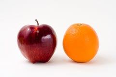 Un Apple rojo y una naranja Imagen de archivo