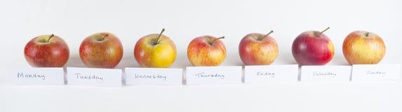 Un Apple una fila del día Foto de archivo