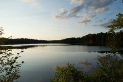Un après-midi d'automne transforme un lac en miroir Photo stock
