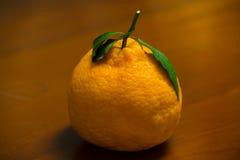 Un'arancia organica giapponese del dekopon sui precedenti di legno Fotografia Stock