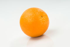 Un arancio isolato su bianco Immagine Stock