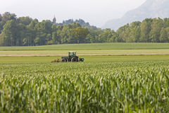 Un'aratura del trattore Fotografie Stock