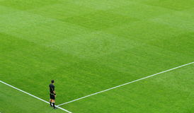 Un arbitro di calcio sul campo Fotografia Stock Libera da Diritti