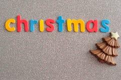 Un arbre de Noël de chocolat avec le Joyeux Noël de mots Photos stock