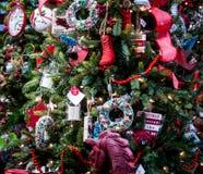 Un arbre de Noël diplayed avec des décorations de style de vintage Photos stock