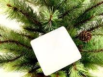 Un arbre de Noël et une carte de souhait dans la salle à manger photos stock