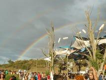 Un arc-en-ciel apparaissant dans le festival de musique de dupa de goa images libres de droits