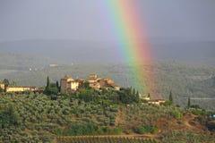 Un arc-en-ciel au-dessus des collines de chianti, Toscane, Italie photographie stock libre de droits