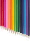 Un arc-en-ciel des crayons multicolores sur un fond blanc Images libres de droits