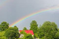 Un arc-en-ciel multicolore contre le ciel Double arc-en-ciel ` S SI de Dieu images libres de droits