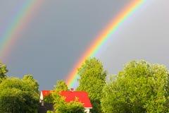 Un arc-en-ciel multicolore contre le ciel Double arc-en-ciel ` S SI de Dieu photographie stock