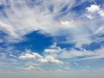 Un arc-en-ciel parmi les nuages Photo stock