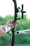 Un archer toma tiene como objetivo una blanco durante competiton Imagenes de archivo
