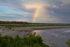 Un arco iris aparece después de un temporal de lluvia del comienzo del verano Fotografía de archivo