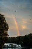 Un arco iris colorido sobre el puente de Umberto I, Roma, Italia Imágenes de archivo libres de regalías