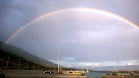 Un arco iris lleno después de la tormenta del verano Imagen de archivo libre de regalías