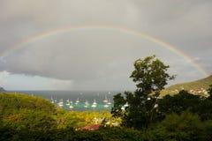 Un arco iris que arquea sobre una bahía en el Caribe Imagen de archivo