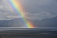 Un arco iris que va abajo en el mar Imagen de archivo libre de regalías