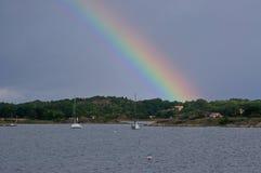 Un arco iris sobre el parque nacional de Kosterhavets en sueco Imágenes de archivo libres de regalías