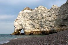 Un arco natural en los acantilados de tiza blancos de Etretat fotos de archivo