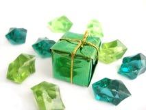 Un arco verde sopra una priorità bassa bianca con i cristalli Fotografie Stock Libere da Diritti