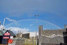 Un arcobaleno attraverso il cielo in Kent England fotografia stock
