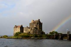 Un arcobaleno che alleggerisce sul paesaggio di Eilean Donan Fotografia Stock Libera da Diritti