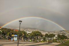 Un arcobaleno con un alone sopra le colline di Funchal, Madera immagine stock libera da diritti