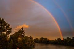 Un arcobaleno sopra il fiume Immagine Stock Libera da Diritti