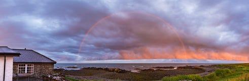 Un arcobaleno sopra il Mare di Irlanda Fotografia Stock Libera da Diritti