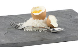 Un'ardesia grigia con un uovo bollito immagine stock libera da diritti