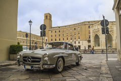 Un argent 1955 a construit le Mercedes-benz sur la route Photos libres de droits