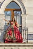 Un'aria aperta messicana dell'abbigliamento di Poses In Traditional del modello castana ispano adorabile in un ambiente familiare fotografia stock libera da diritti