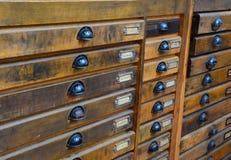 Un armario con las letras de molde imagen de archivo libre de regalías
