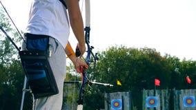Un arquero está poniendo la flecha en el arco almacen de metraje de vídeo