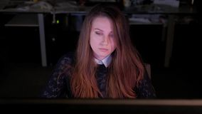 Un arquitecto de sexo femenino joven en los trabajos de oficina tarde metrajes
