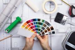 Un arquitecto Holding Color Guide Swatch en modelos foto de archivo libre de regalías